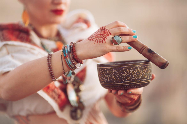 Ajurweda - najstarsza medycyna świata, medycyna holistyczna. Kobieta w tradycyjnym indyjskim stroju przeprowadza rytuał ajurwedy.