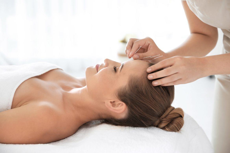Akupunktura - co musisz o niej wiedzieć? Specjalistka medycyny chińskiej wykonuje zabieg akupunktury.