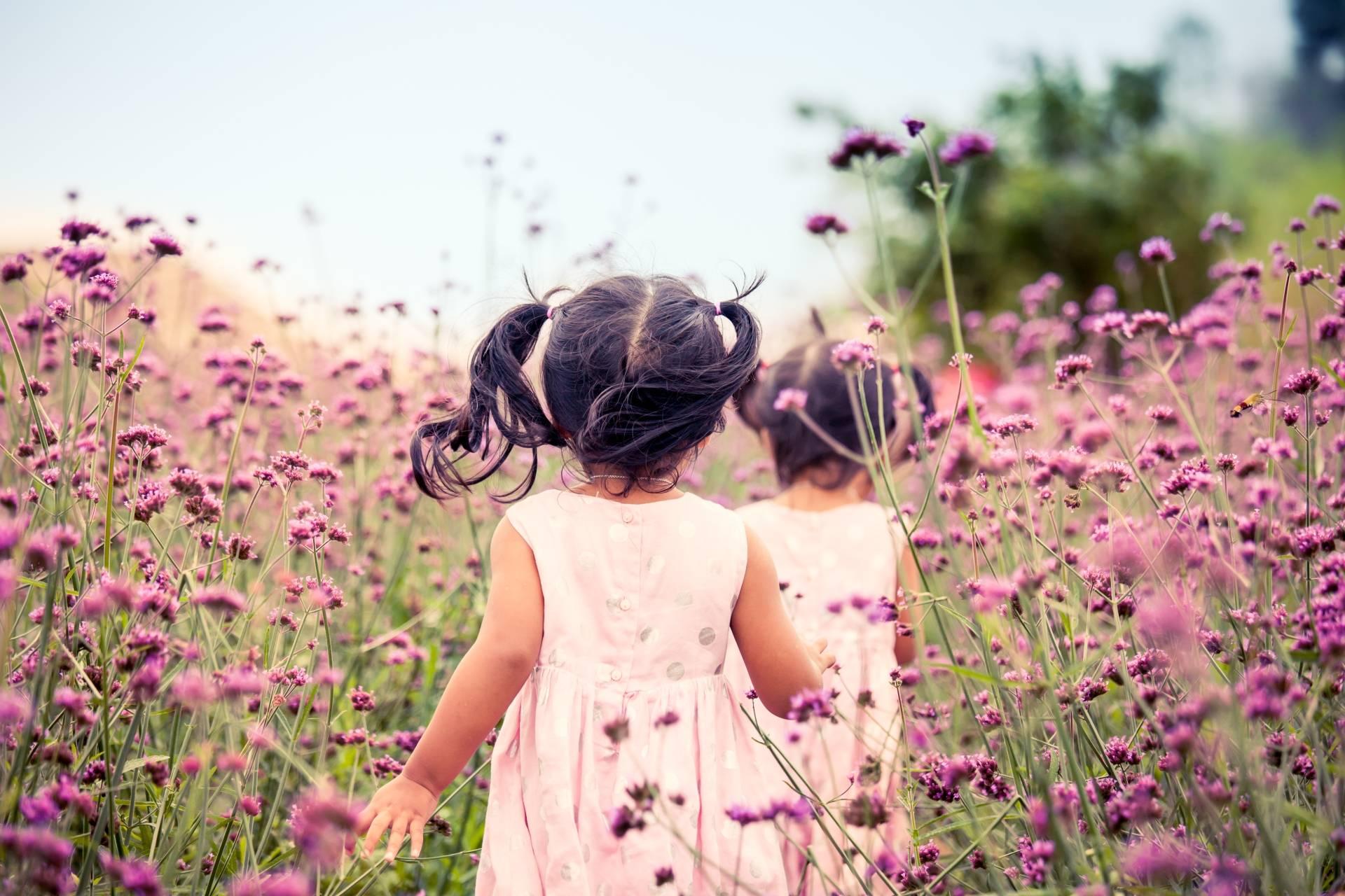 Alergia u dzieci - dziewczynki biegające po łące