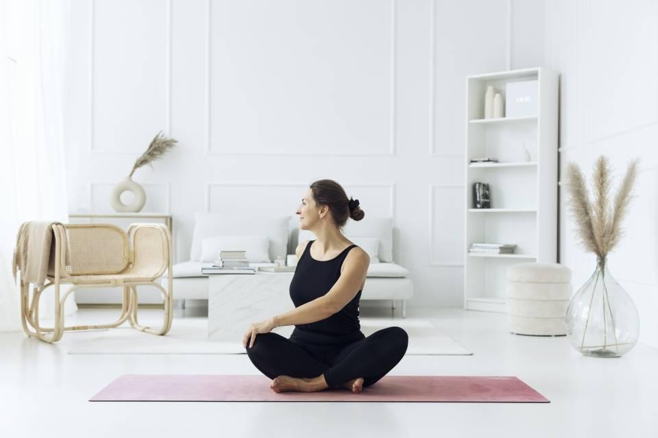 Anna Komierowska-Szweycer praktykuje jogę w swoim salonie.