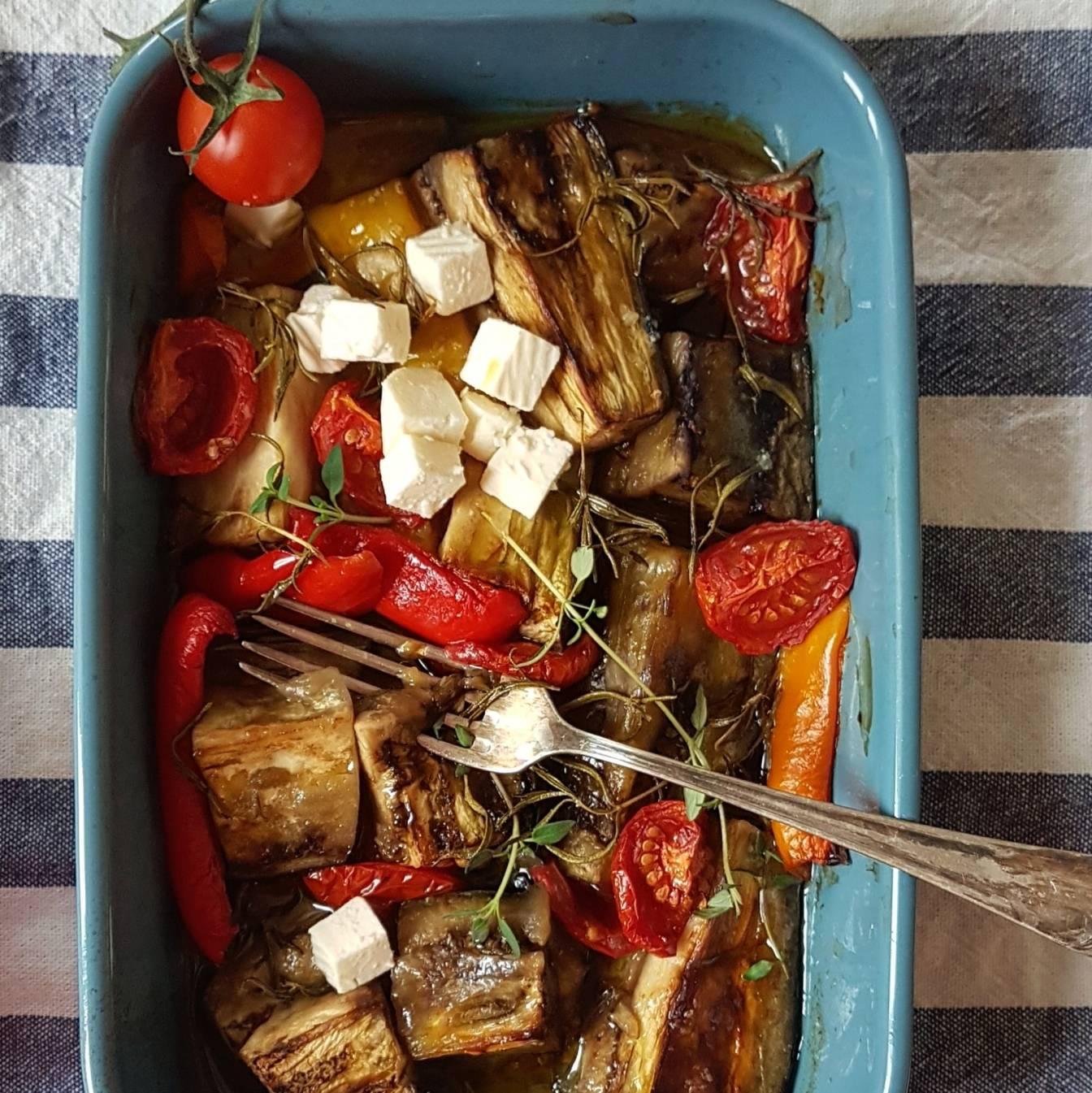 Bakłażan zapiekany w orzechowej marynacie, podawany z fetą - przepisy z serem feta Agnieszki Żelazko.