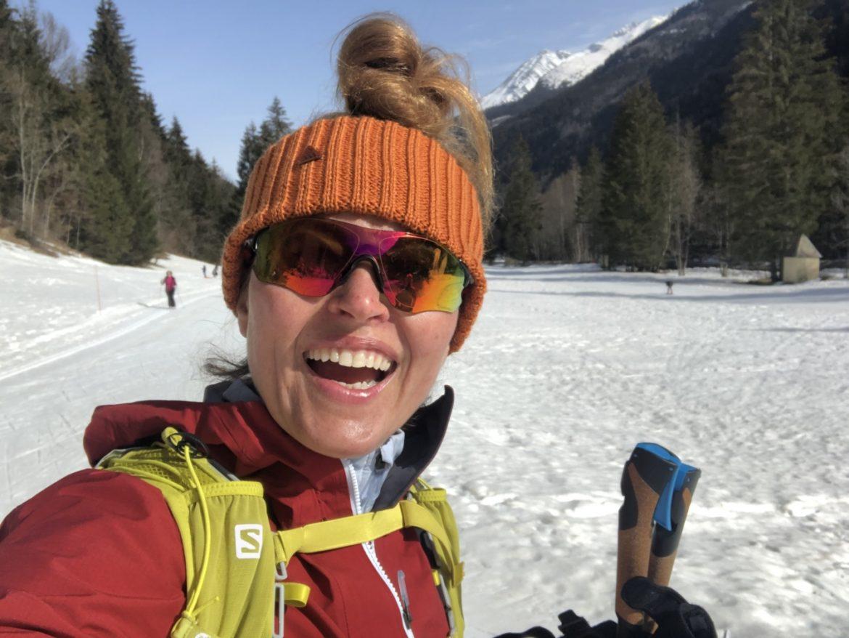 Narty biegowe - Beata Sadowska robi selfie na biegówkach w ośnieżonych górach. Podpowiada jak zacząć maszerować na biegówkach.