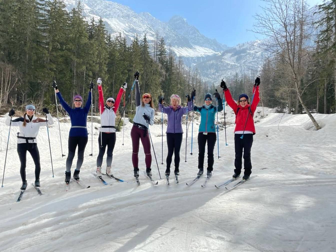 Beata Sadowska na nartach biegowych z grupą znajomych.