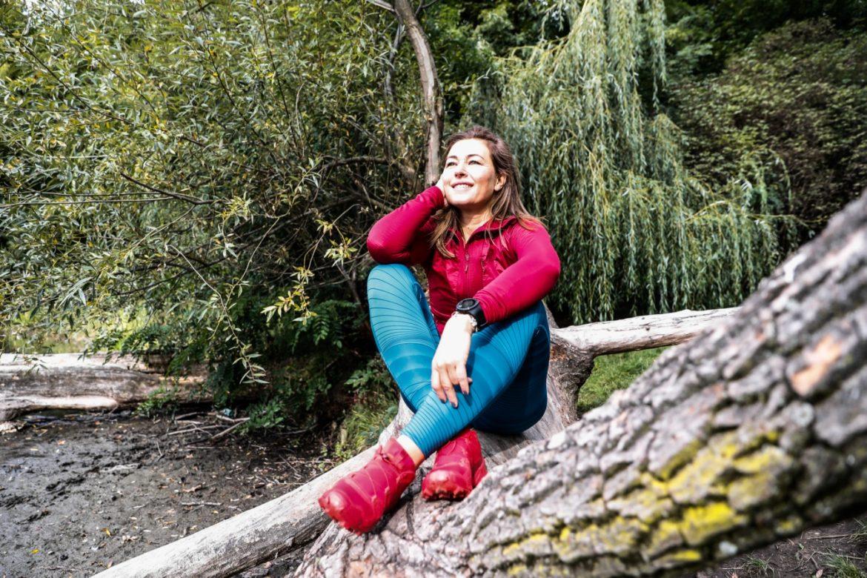 Beata Sadowska siedzi na konarze drzewa nad Wisłą. Jak złapać równowagę w życiu?