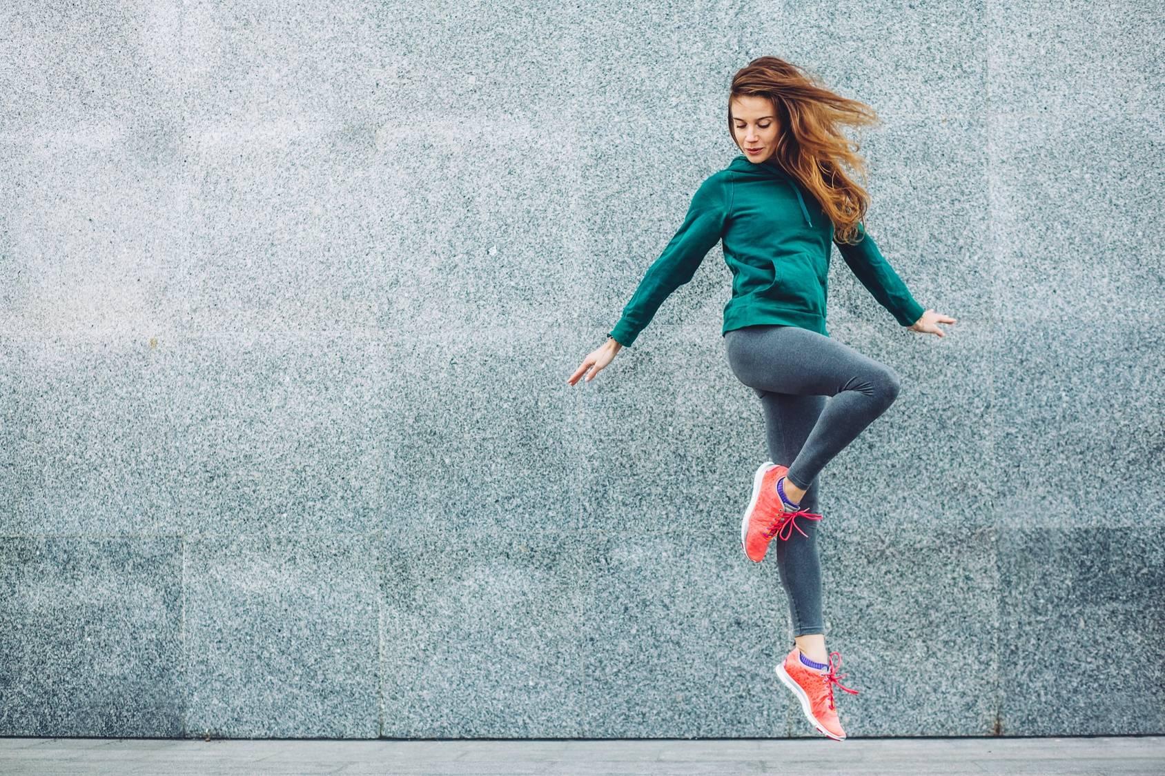 Sok z buraka - izotonik dla sportowców. Kobieta w sportowym stroju uprawiająca jogging.