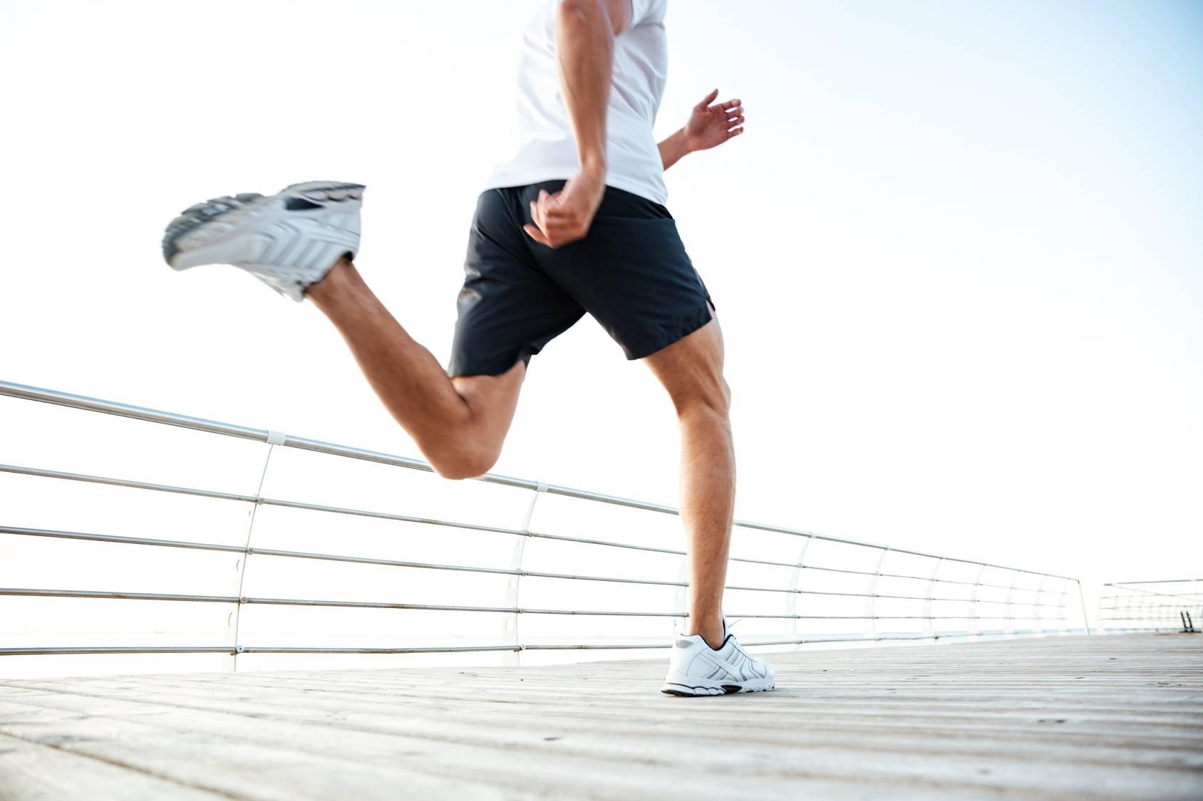 Aktywność fizyczna pomaga walczyć z cukrzycą typu 2. Mężczyzna w sportowym stroju biegnie po deptaku.