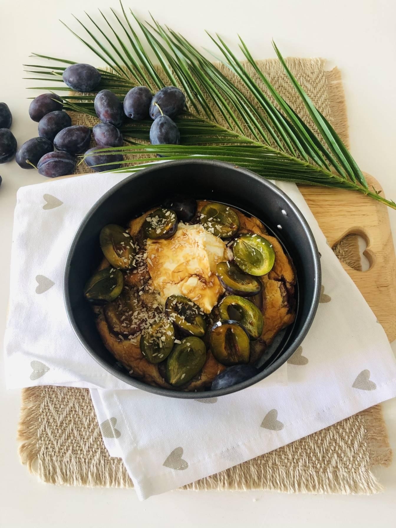 Amarantusowy biszkopt ze śliwką - przepis na śliwkowe śniadanie.