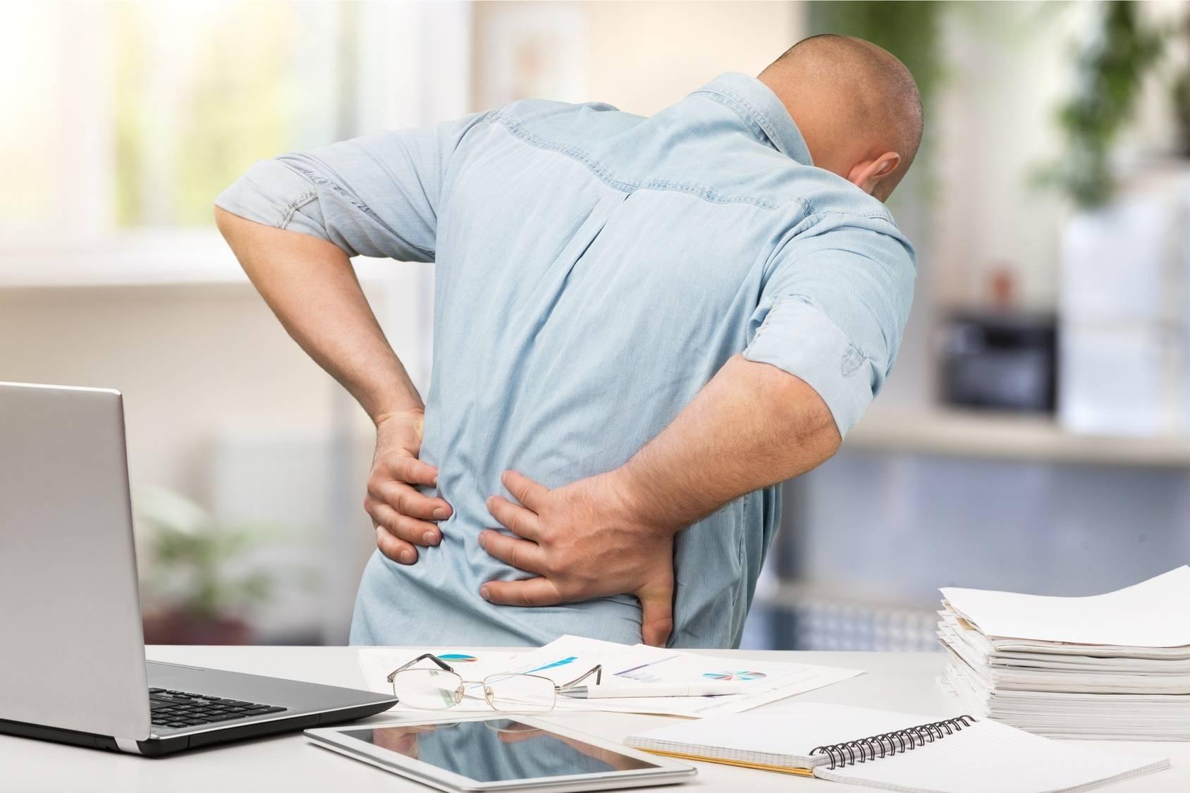 Ból pleców, lędźwi, ból kręgosłupa to częsta dolegliwość osób prowadzących siedzący tryb życia.