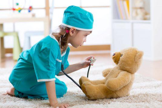 Bostonka u dzieci - jakie objawy i jak leczyć?