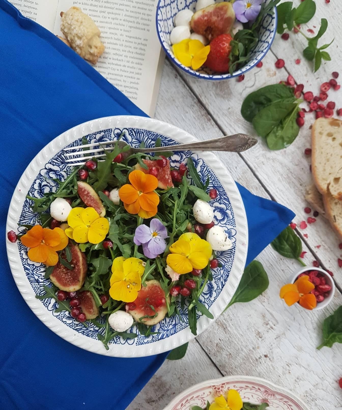 Przepis na sałatkę z bratkami, figą i owocem granatu. Pomysły na kwiaty jadalne na talerzu Agnieszki Żelazko.