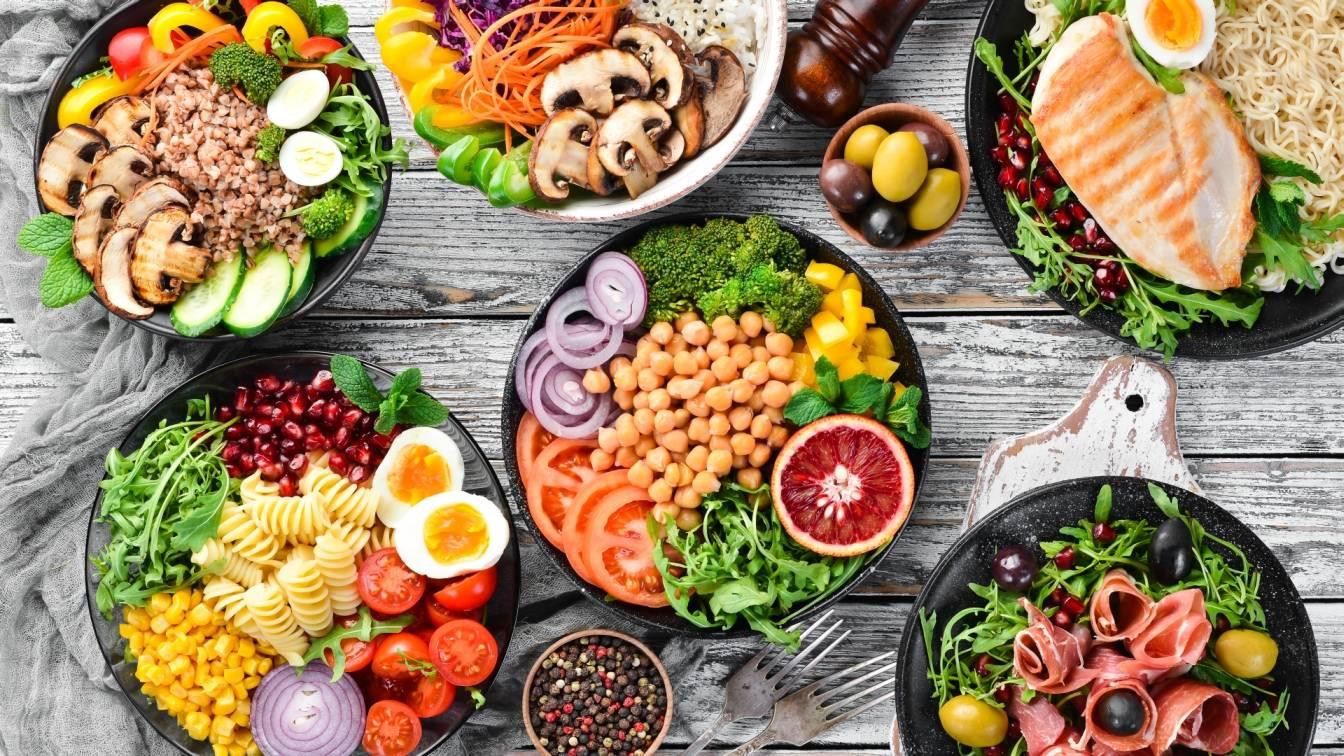 Buddha bowl z warzywami, owocami i nasionami na kilku półmiskach. Jak skomponować zdrową miskę Buddy?