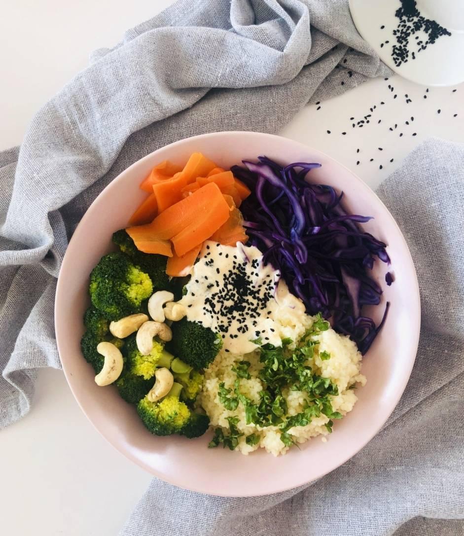Zdrowa miska Buddy z warzywami, orzechami nerkowca i serkiem.