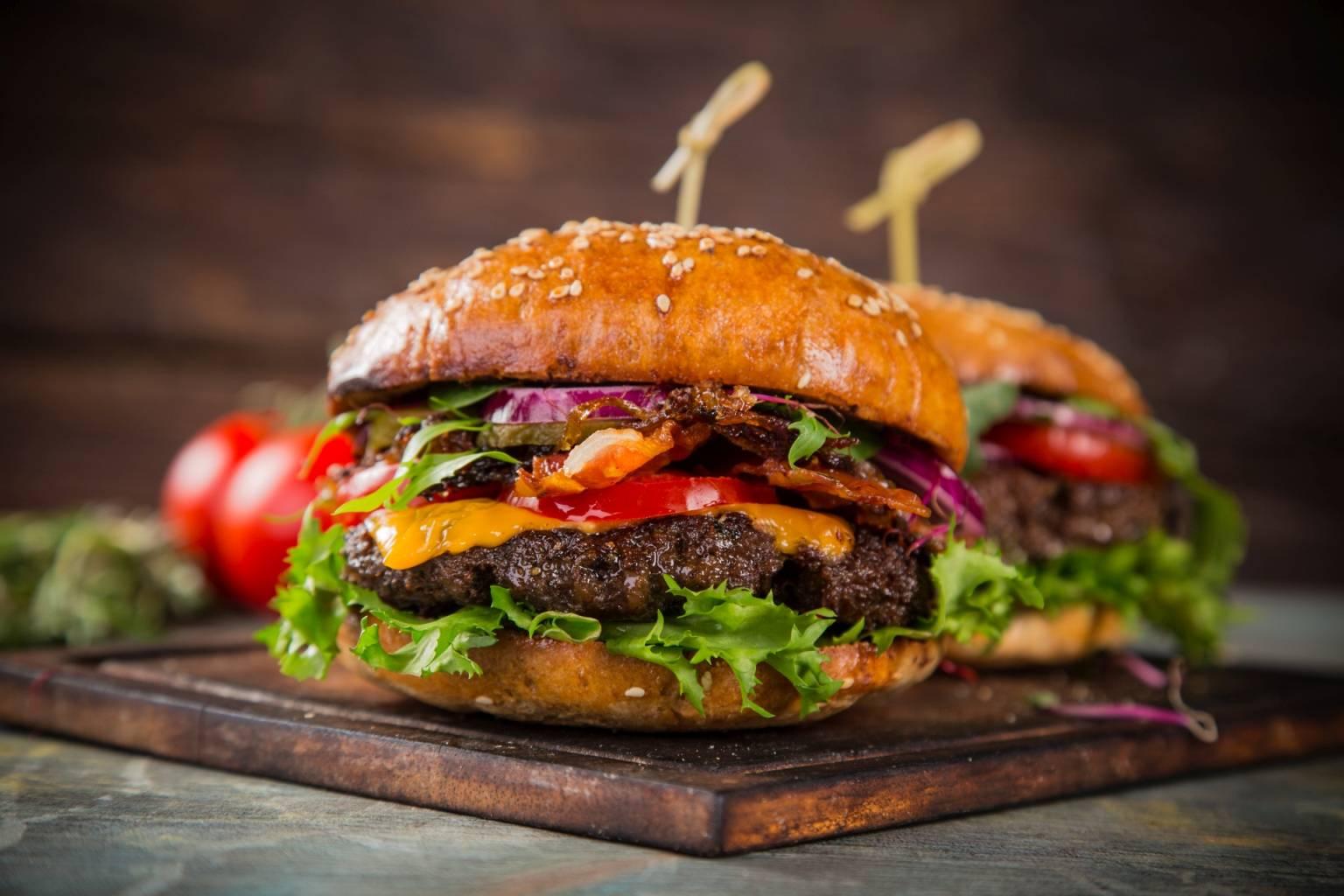 Dieta lekkostrawna - czego nie wolno jeść ani pić. Burgery i fast foody.