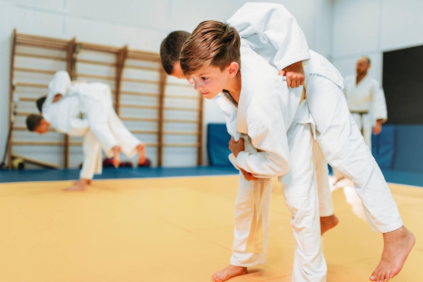 Chłopcy trenują karate - jak stworzyć dietę dla aktywnego, trenującego dziecka?