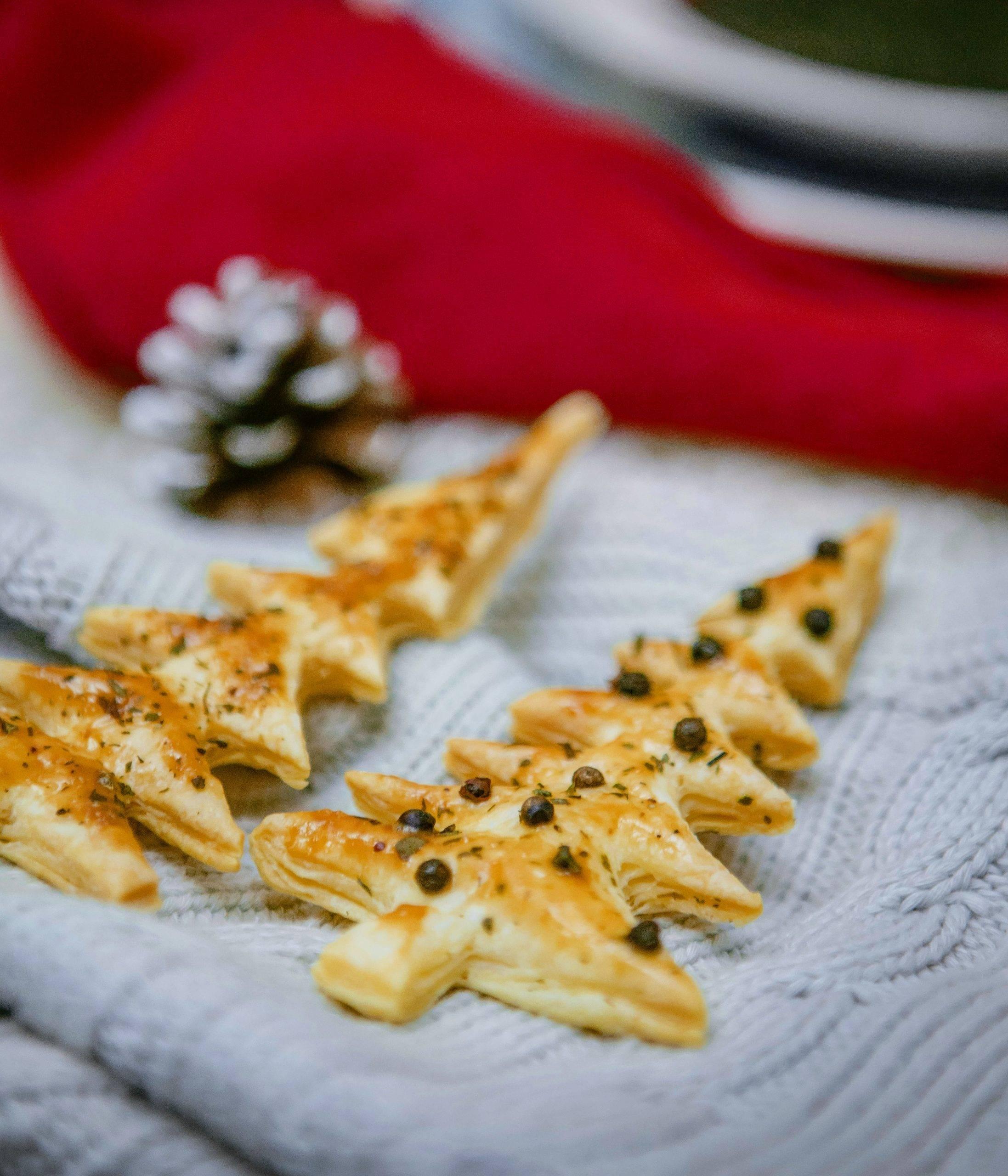 Choinki z ciasta francuskiego z parmezanem i mielonym kminkiem. Przepisy na Boże Narodzenie Agnieszki Żelazko.