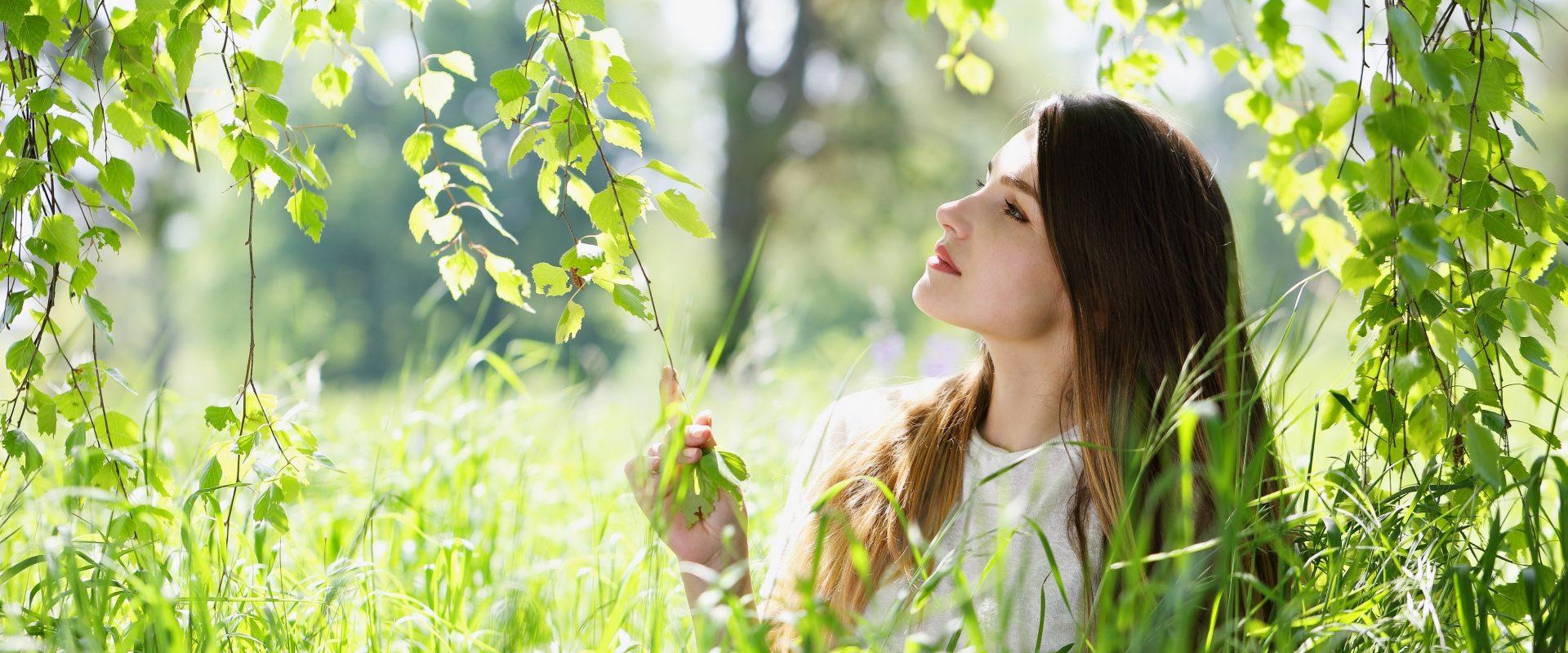 Zjedz sobie las, czyli które drzewa są jadalne? Kobieta przygląda się liściom brzozy.
