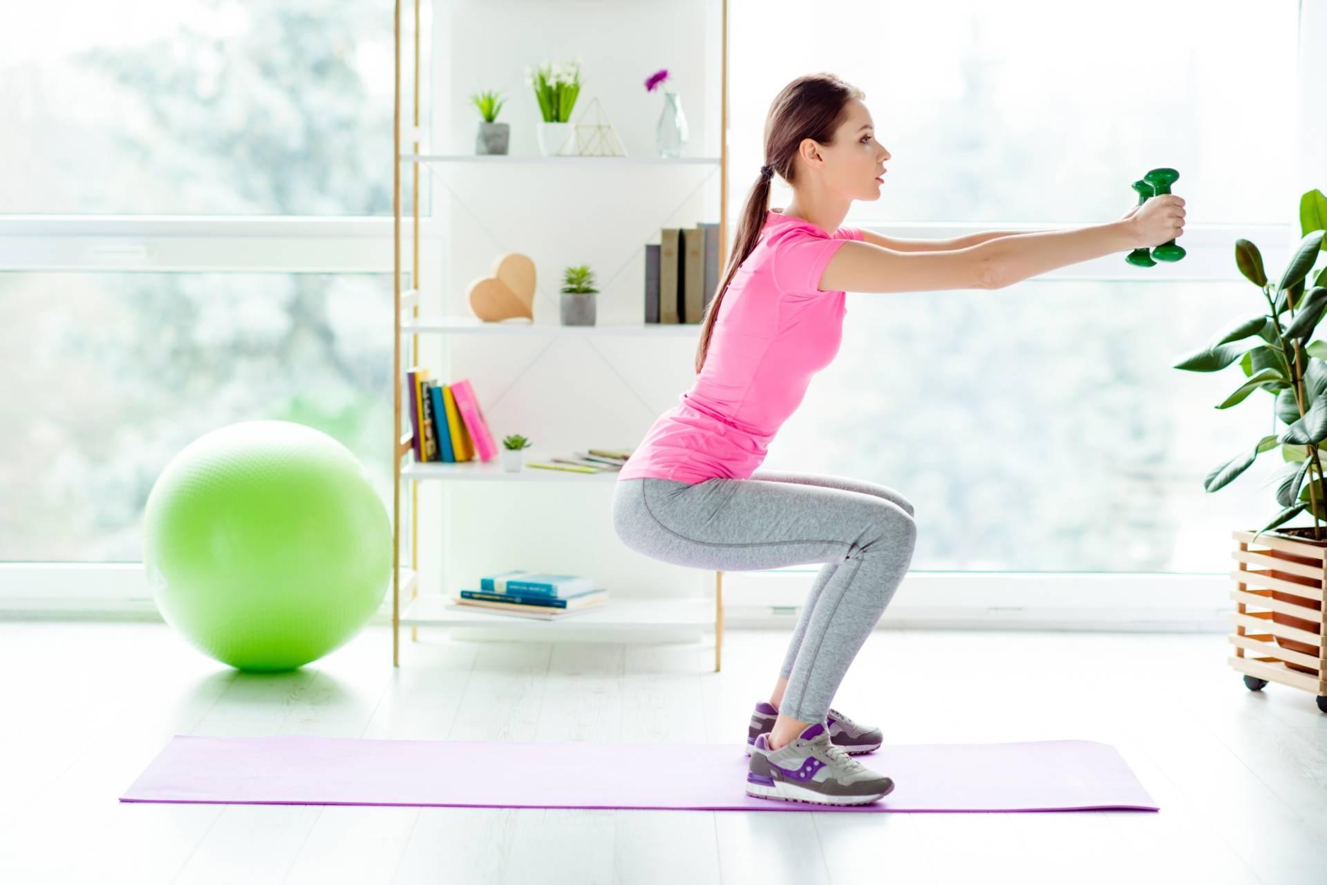Jak wykonać prosty trening nóg w domu? Jak pozbyć się cellulitu z ud?