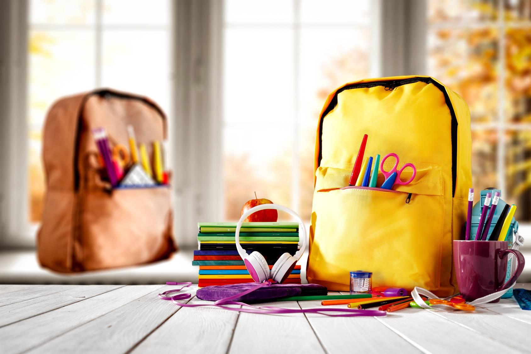 Szkolny plecak wcale nie powoduje bólu kręgosłupa? Kolorowe plecaki i przybory szkolne.