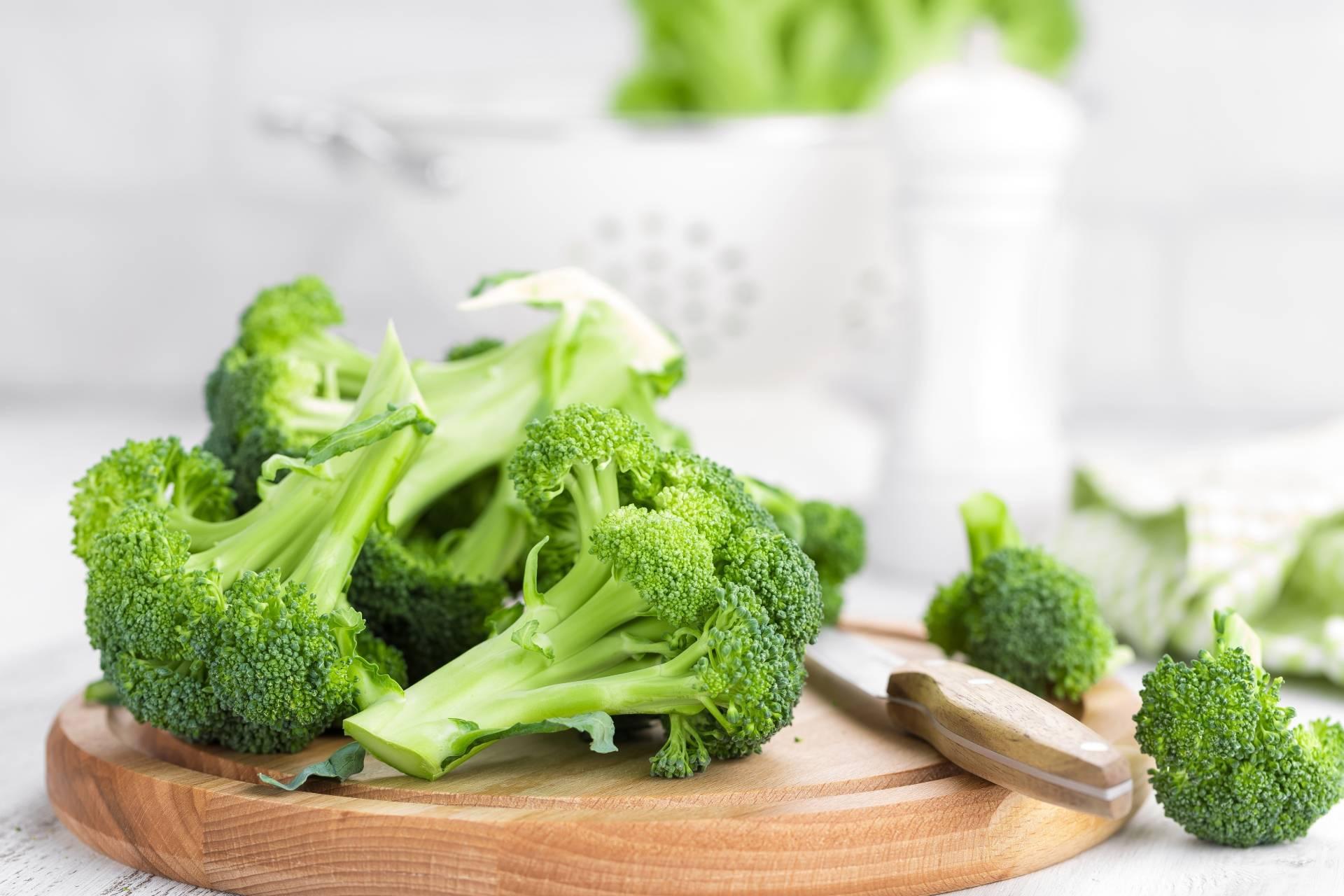 Dieta na stres - przepis na sałatkę z brokułem, papryką i kaszą gryczaną.