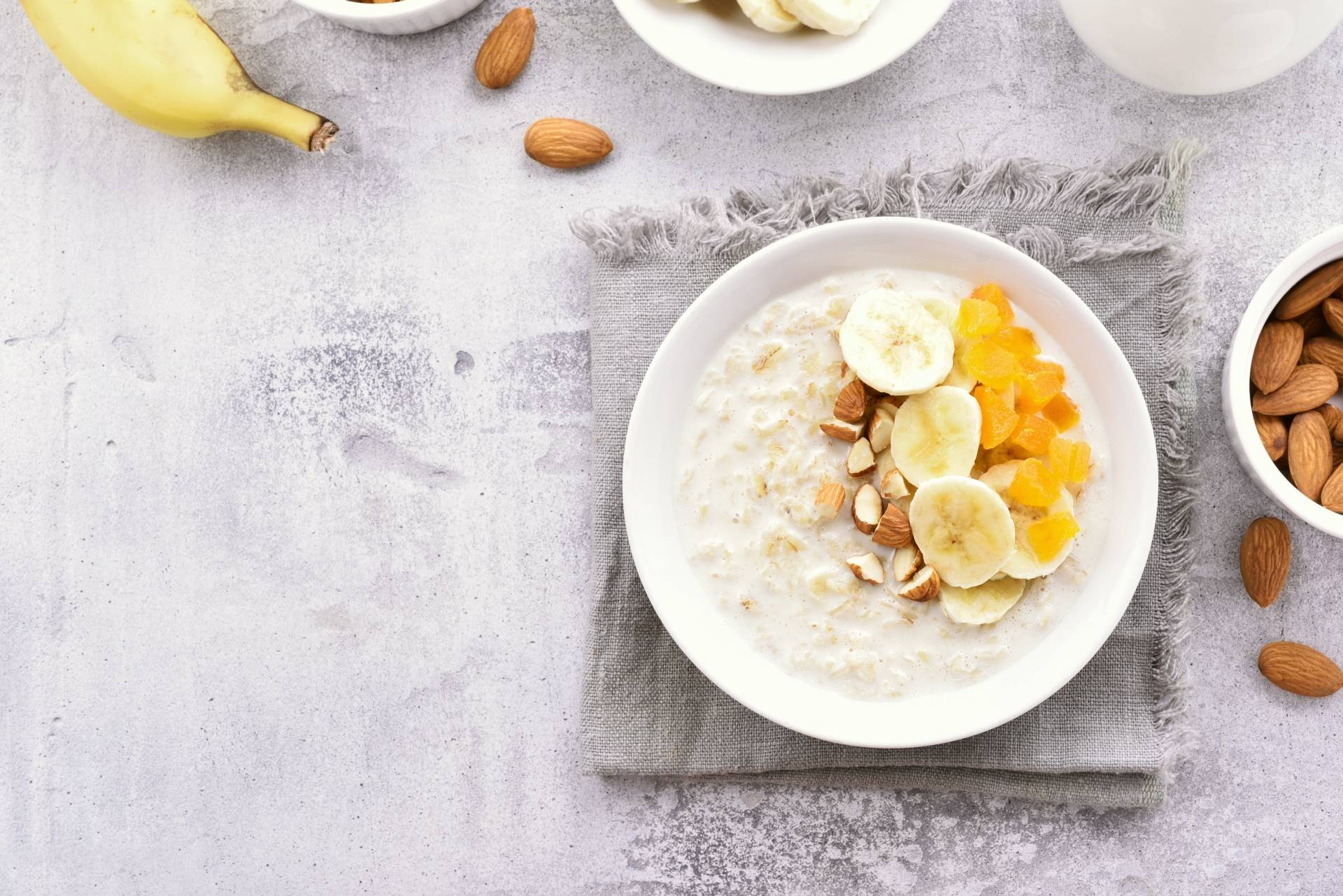 Dieta na stres - przepis na owsiankę z bananem i orzechami.