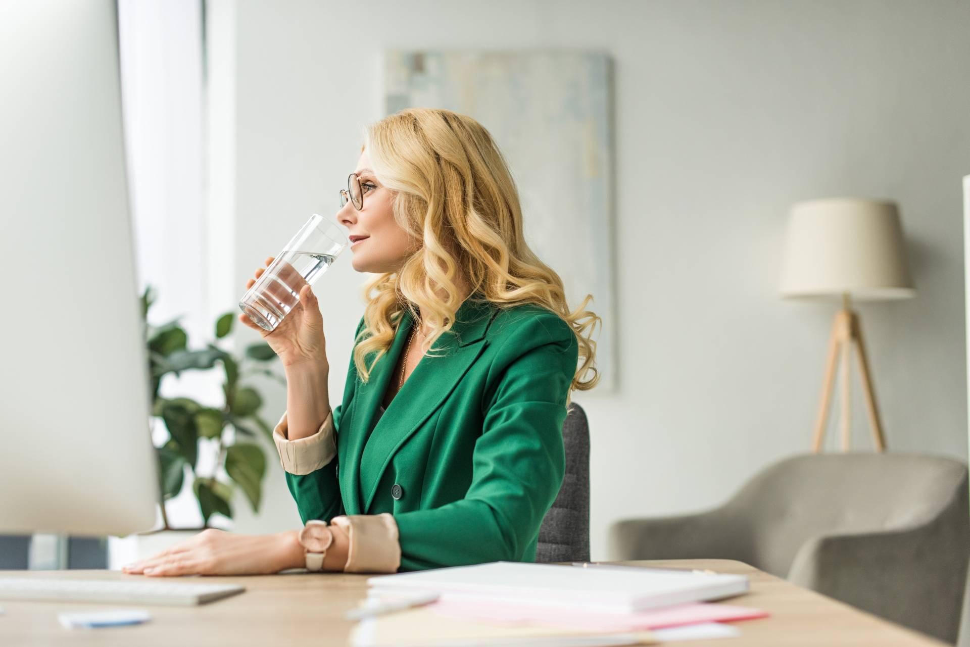 Dieta na stres - picie wody nawadnia organizm.