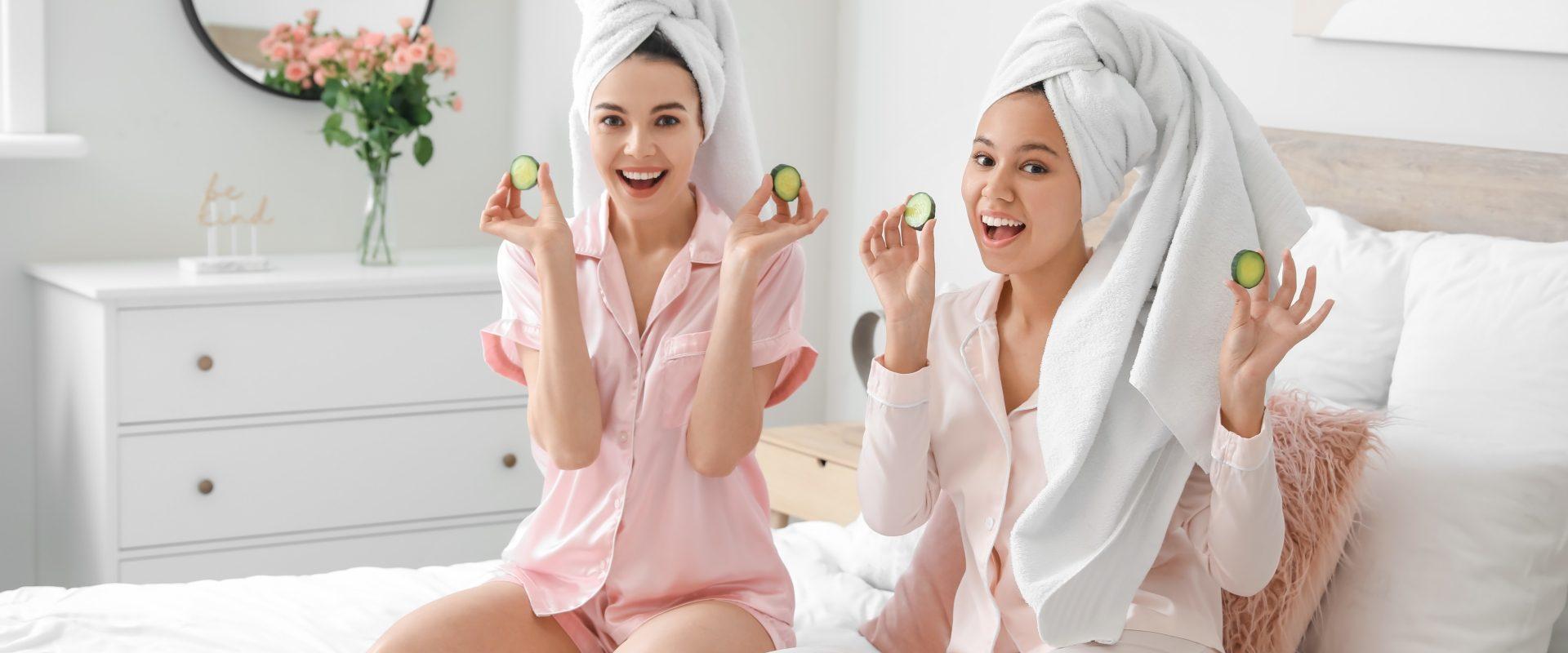 Domowe maseczki na twarz z letnich owoców. Dwie przyjaciółki organizują domowe SPA - nakładają maseczki i pielęgnują twarz.