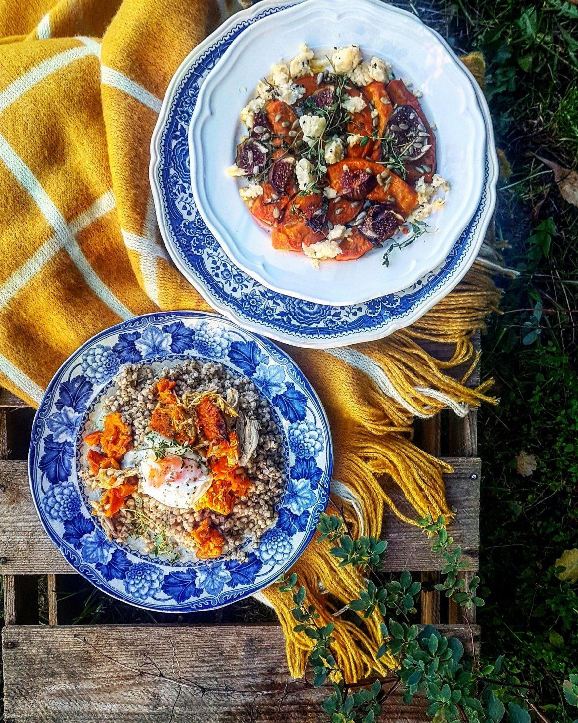 Dynia - przepisy z dyni Agnieszki Żelazko. Potrawy z dyni na ozdobnych talerzach w jesiennej scenerii.