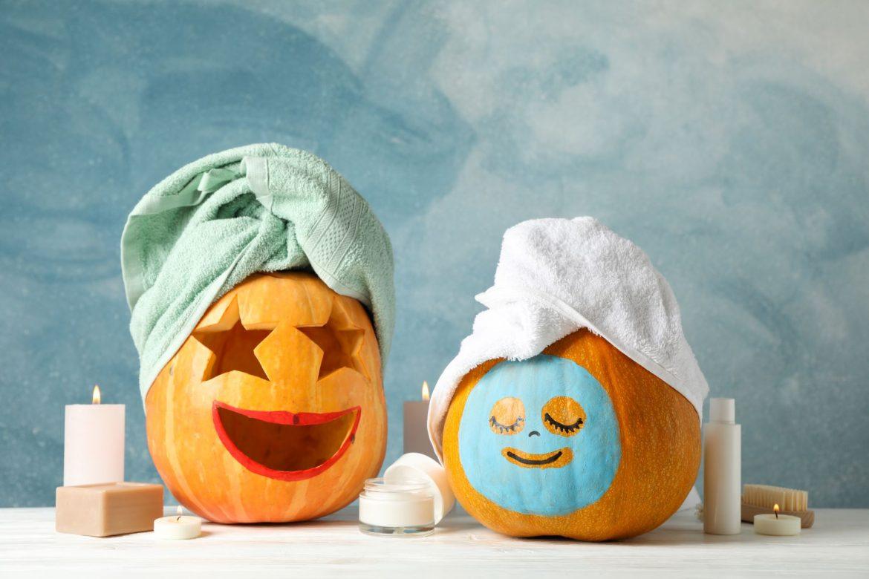 Domowe kosmetyki DIY z jesiennych owoców. Wydrążone dynie na Halloween w maseczkach na twarz i turbanach z ręczników.