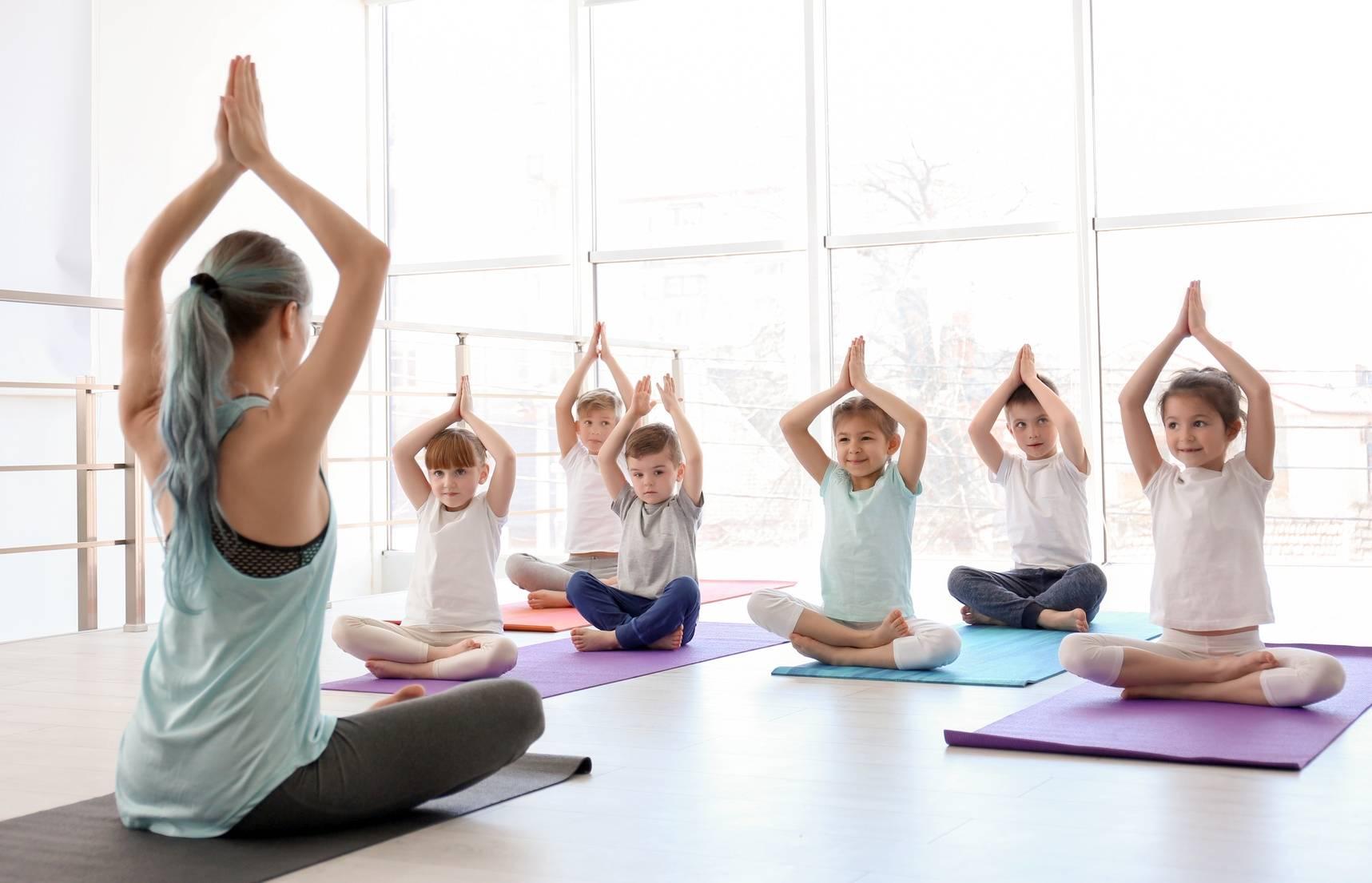Dzieci ćwiczą jogę - dieta dla aktywnego dziecka.