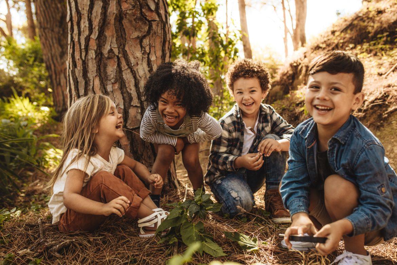 Czym jest syndrom deficytu natury? Dlaczego dzieci nie mają kontaktu z przyrodą? Dzieci bawią się w lesie.