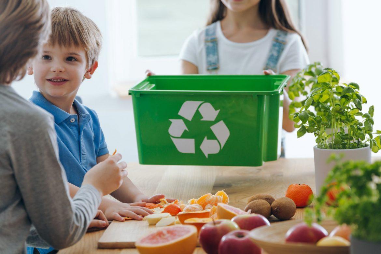 Po co i jak segregować śmieci? Na czym polega recykling i segregacja śmieci? Dzieci uczą się segregować śmieci.
