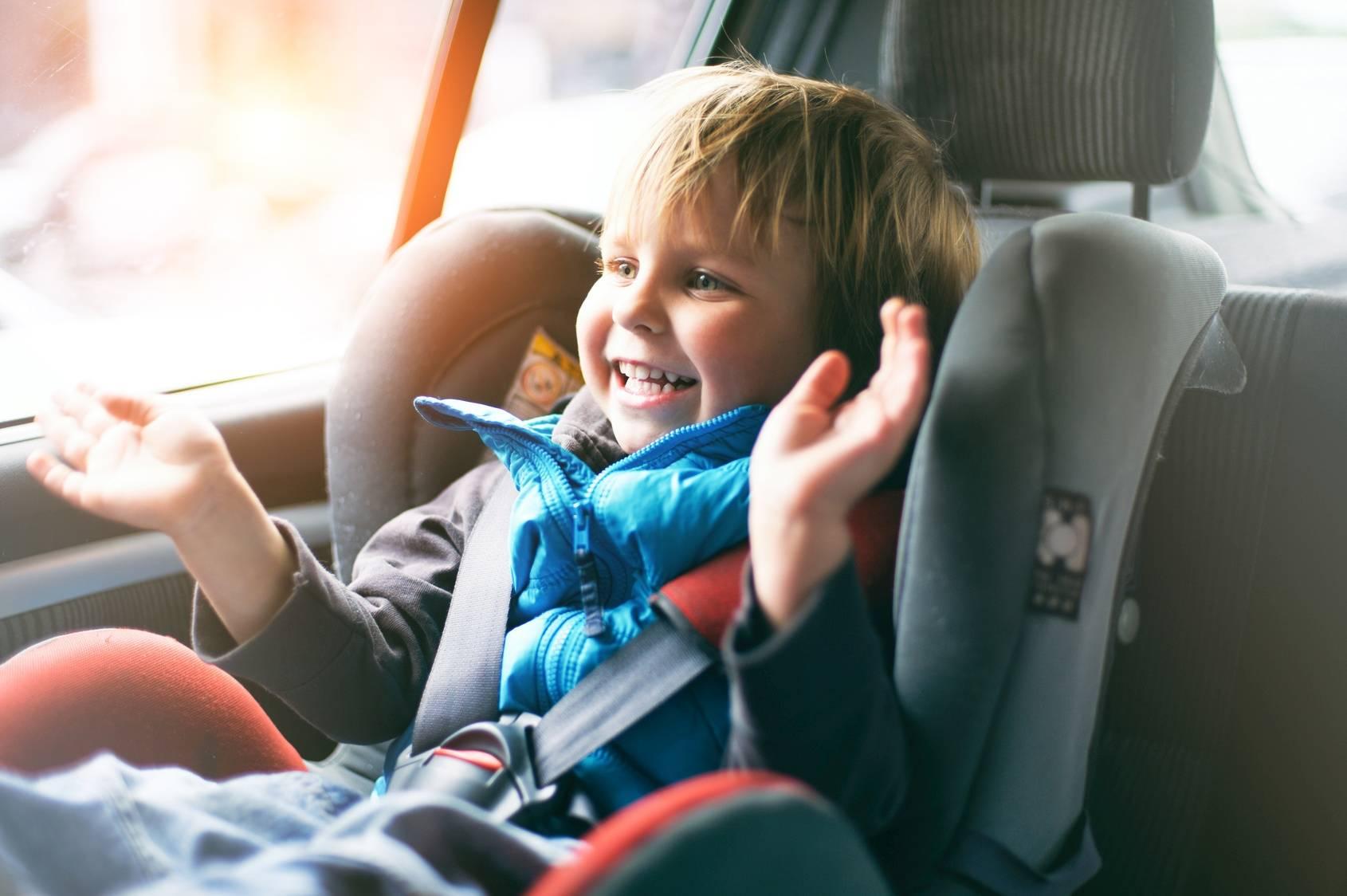 Zasady bezpiecznego podróżowania z dziećmi - dziecko w foteliku samochodowym.
