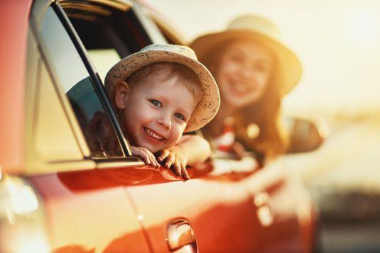 Jak bezpiecznie podróżować z dzieckiem w samochodzie?