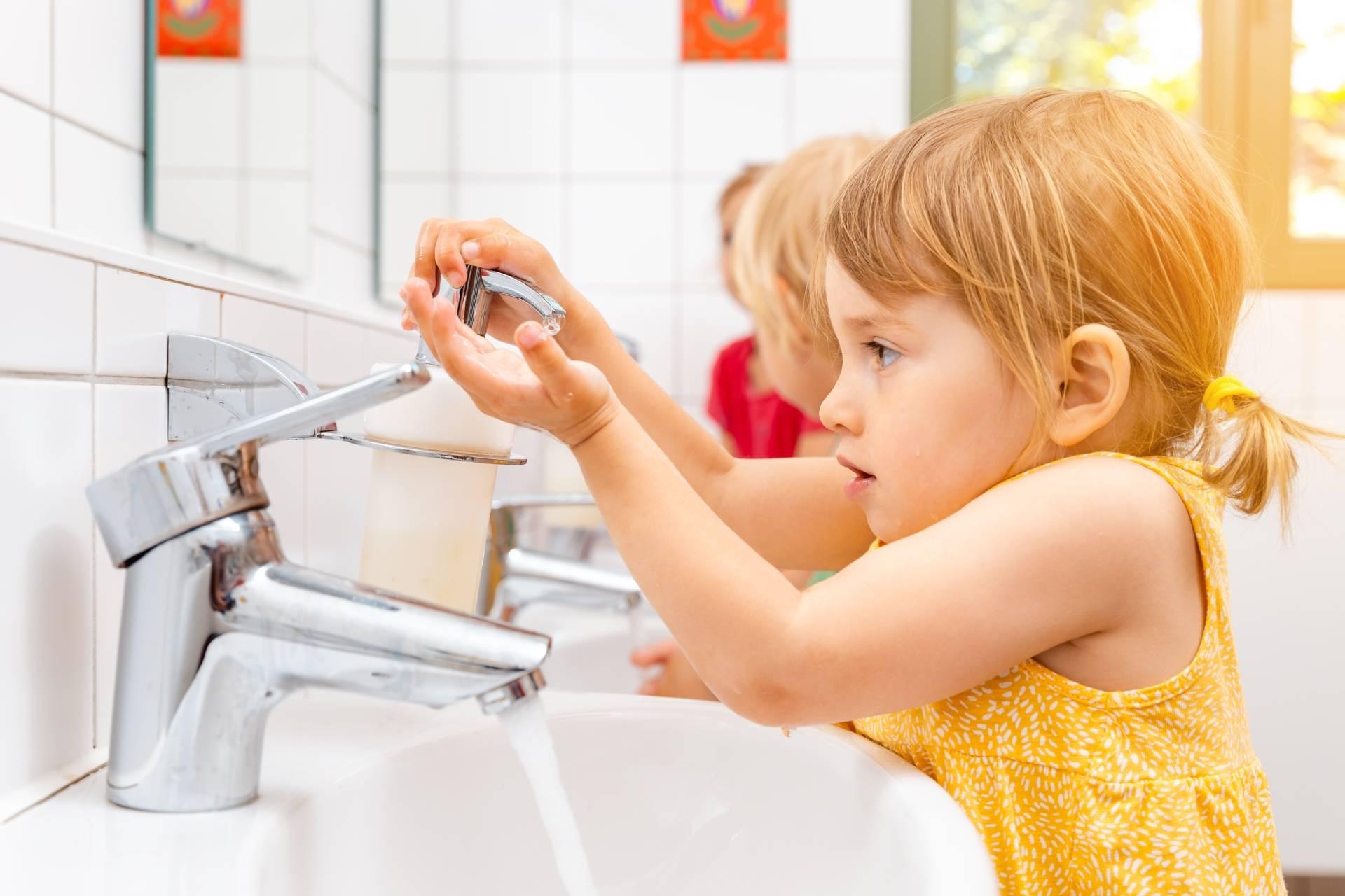 Dziewczynka myje ręce w toalecie w przedszkolu. Owsiki u dzieci - co musisz wiedzieć?