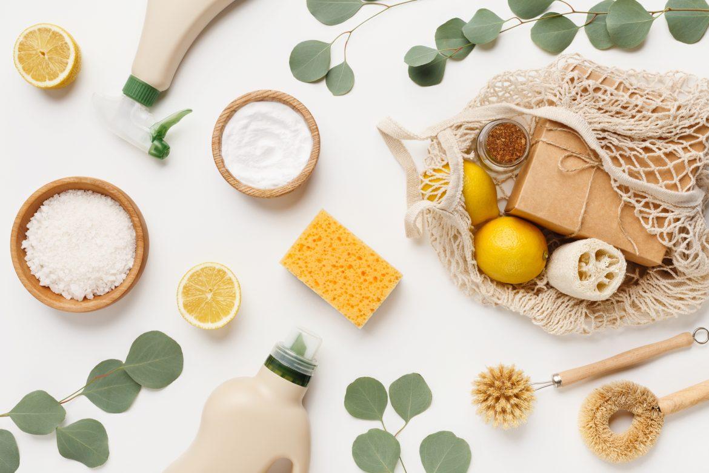 Ekologiczne środki czystości - kompozycja na białym tle. Jak sprzątać dom ekologicznie? Sprawdź przepisy na domowe środki czystości DIY.