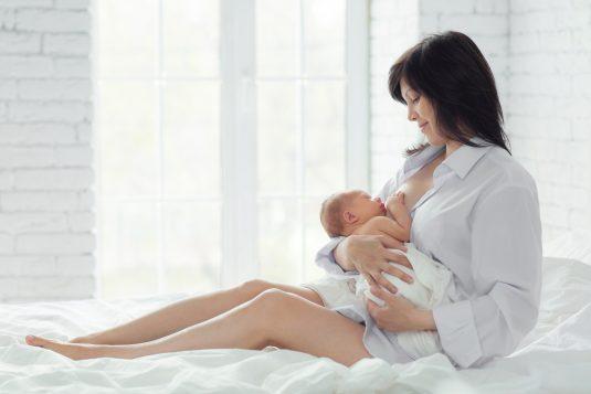 Karmienie piersią - fakty i mity. Jak karmić piersią noworodka?