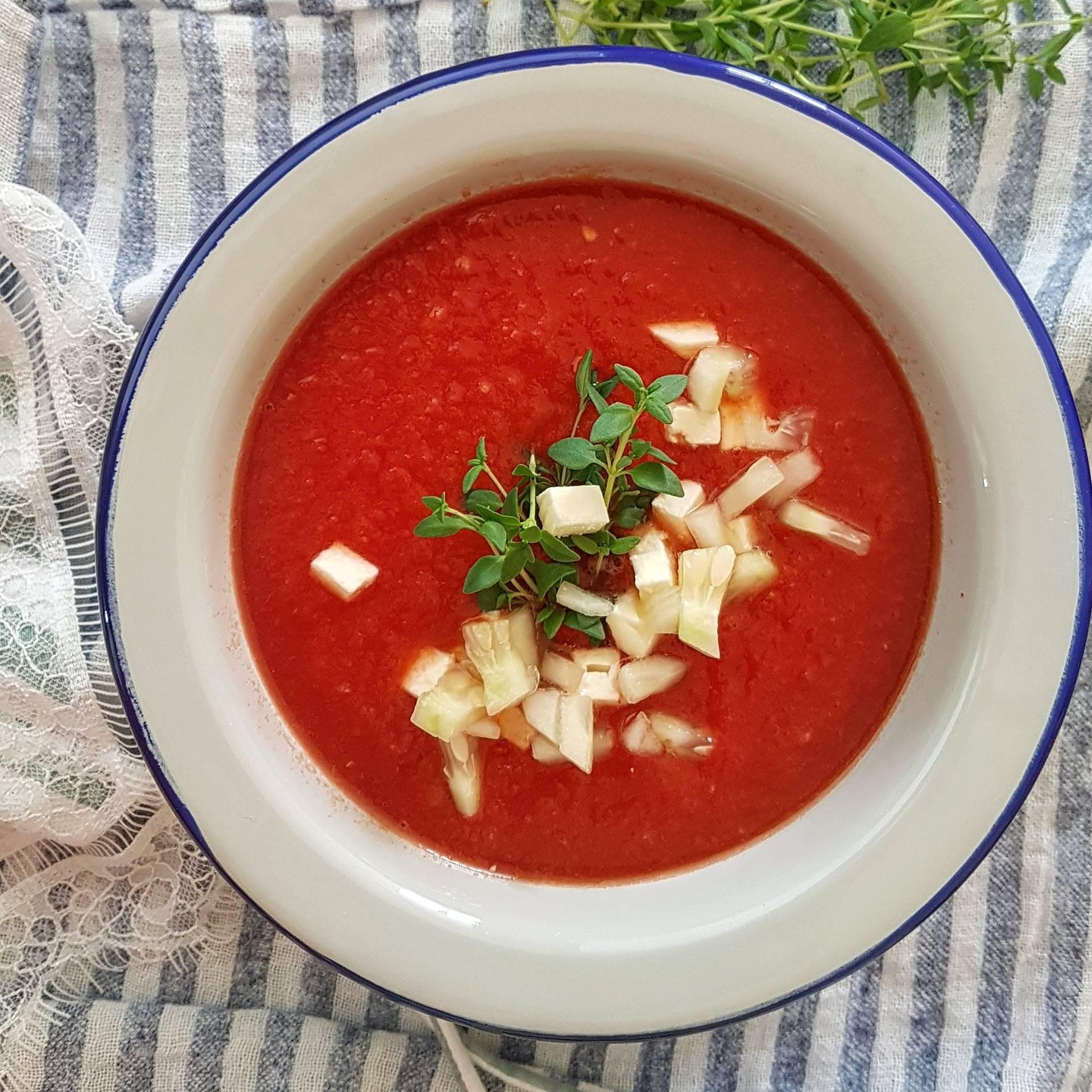 Gazpacho arbuzowo-pomidorowe z dodatkiem ogórków i fety. Arbuz - przepisy na lato