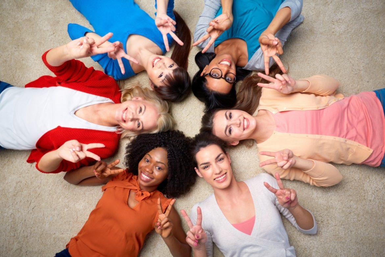 Krąg kobiet, uśmiechają się, są w grupie, wspieraja się, kochają mówi o tym w wywiadzie Natalia Miłuńska