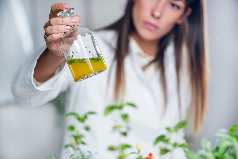 Cocculus indicus - lek homeopatyczny. Homeopatka przygotowuje lek z ziół.