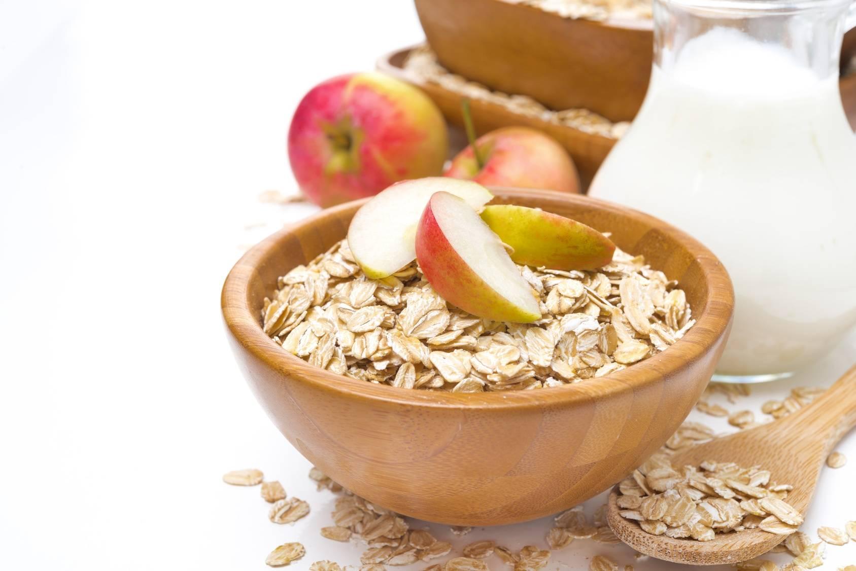 Śniadania dla zabieganych rodziców i ich dzieci - łódeczki jabłkowe z granolą.