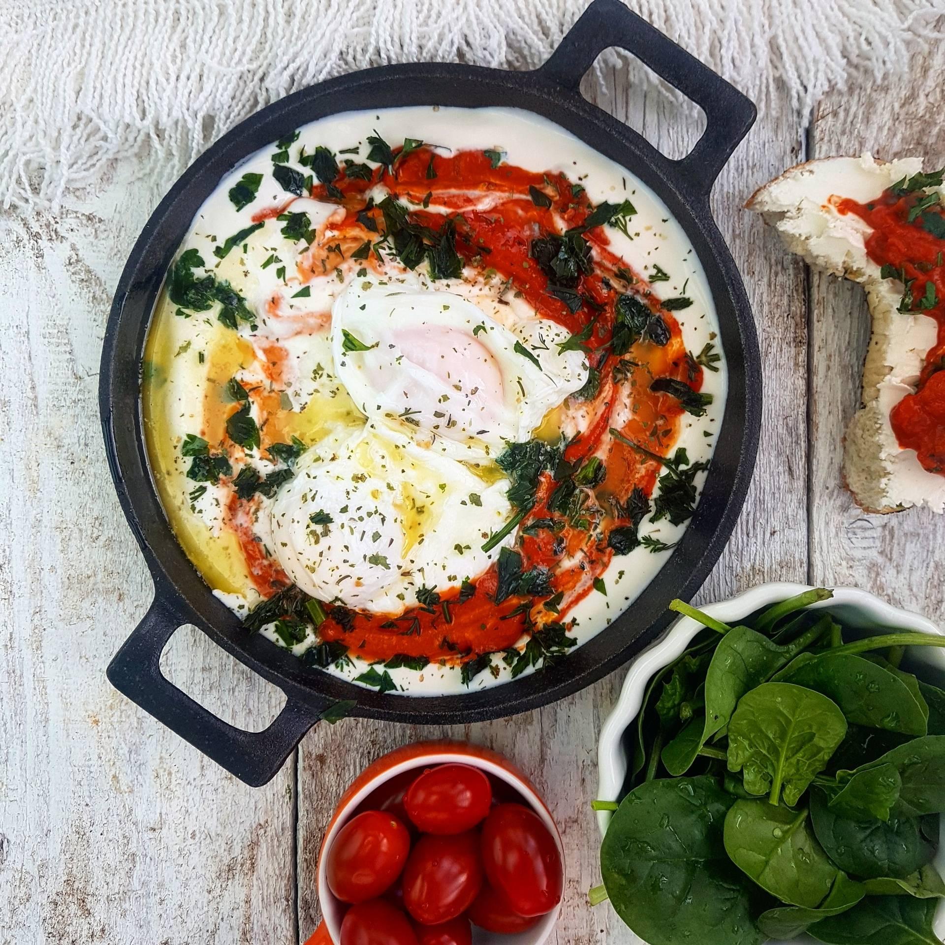 Jajka po turecku z pastą paprykowo-pomidorową - przepis Agnieszki Żelazko.