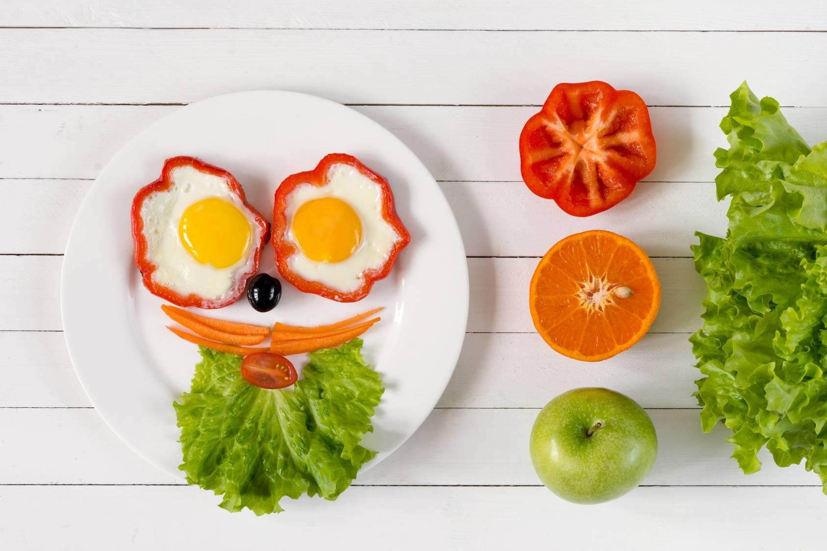 Śniadania dla zabieganych rodziców i ich dzieci. Jajka sadzone w foremkach z papryki.