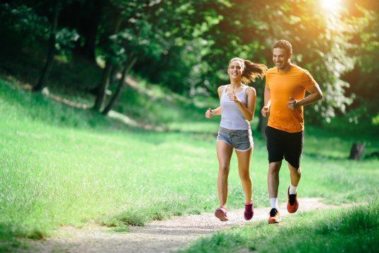 Jak bezpiecznie biegać w upalne dni?