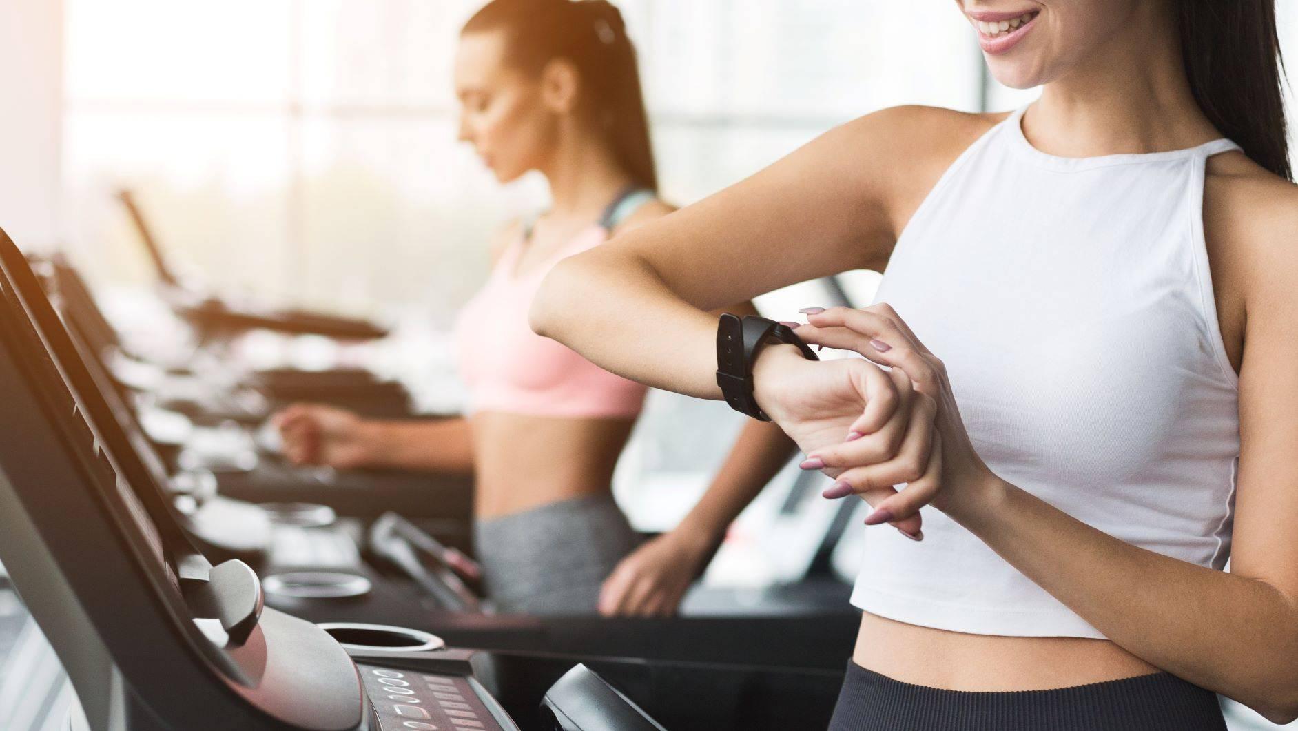 Jak trenować z pulsometrem? Kobiety ćwiczą z pulsometrem na siłowni.