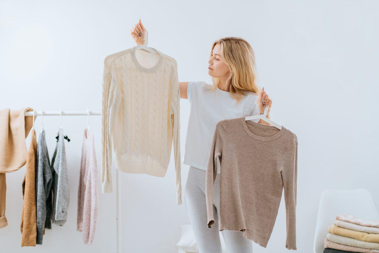 Minimalizm w szafie - jak zrobić porządki w ubraniach? Gdzie oddać ciuchy, których już nie nosimy?
