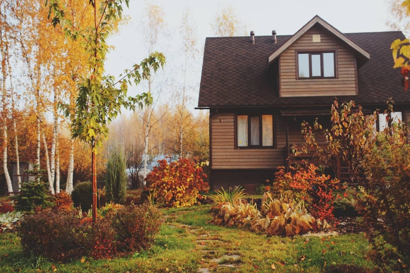 Jesienny ogród i domek na wsi. Jak zadbać o ogród jesienią, by dobrze przygotować go do zimy?