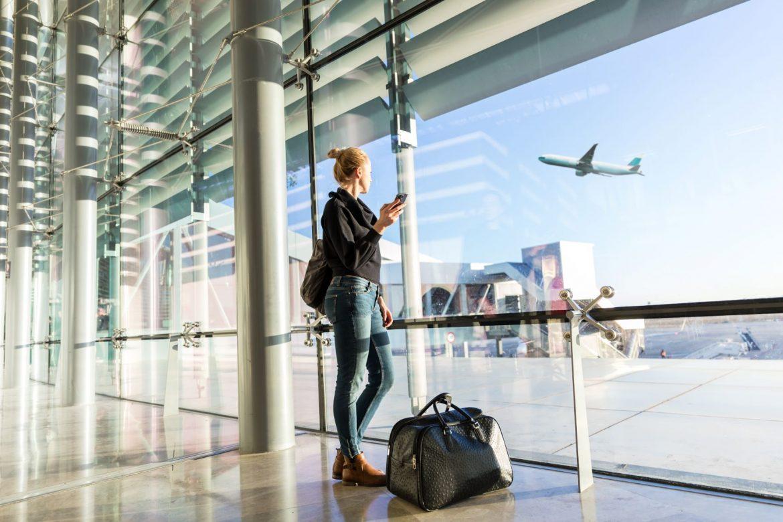 Jet lag po podróży - czym jest zespół nagłej zmiany strefy czasowej i co ma wspólnego z chronobiologią? Kobieta czeka w terminalu na lotnisku na wejście na pokład samolotu.