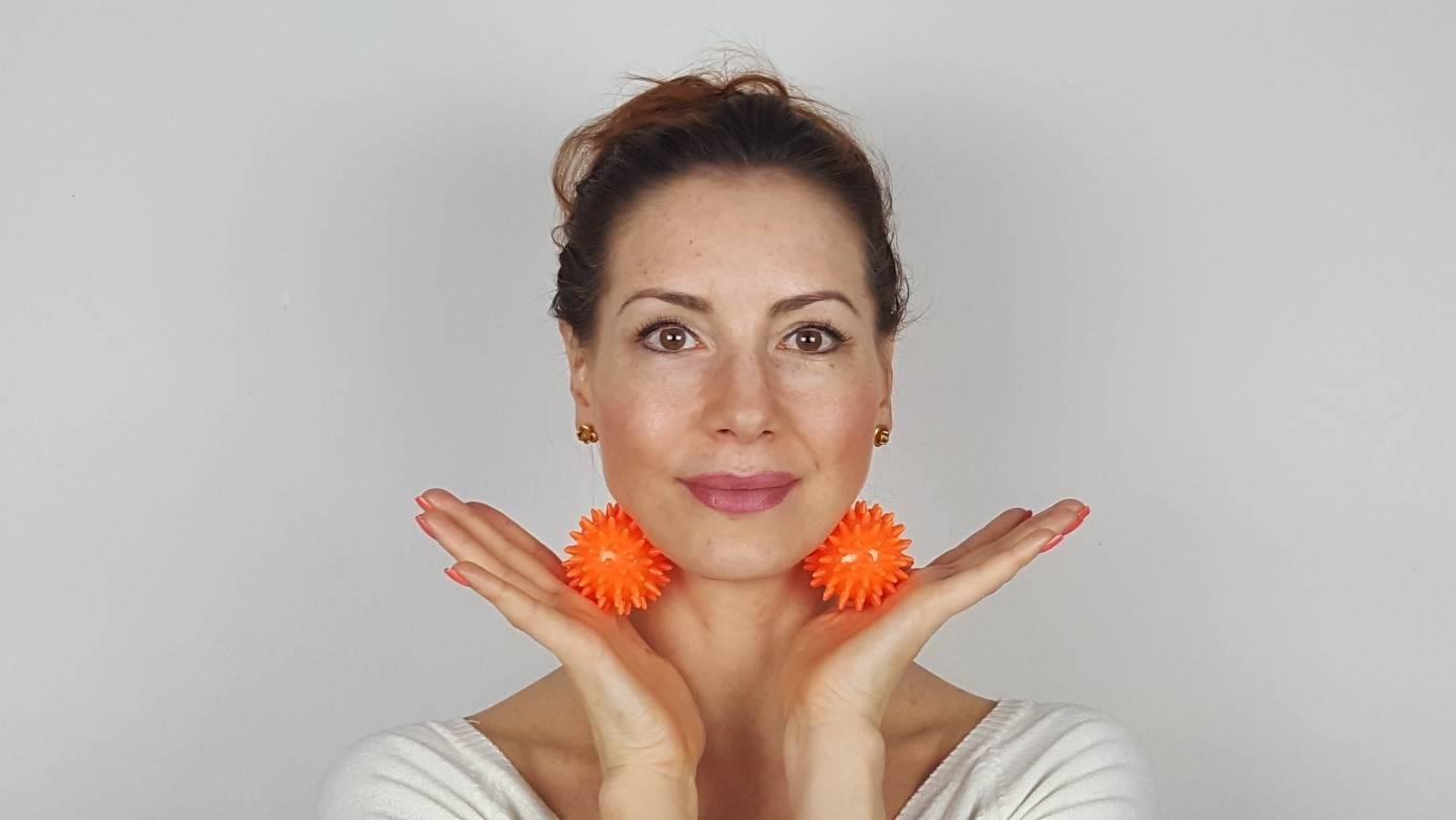 Joga twarzy - automasaż tarczycy z użyciem jeżyków.