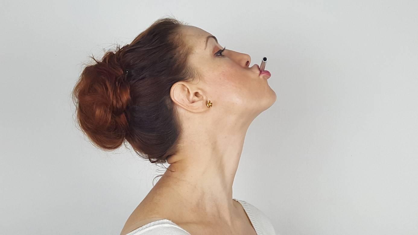 Joga twarzy - ćwiczenia ujędrniające szyję.