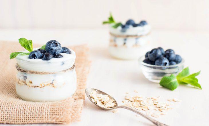 Jogurt probiotyczny z borówkami. Kiedy warto stosować probiotyki?